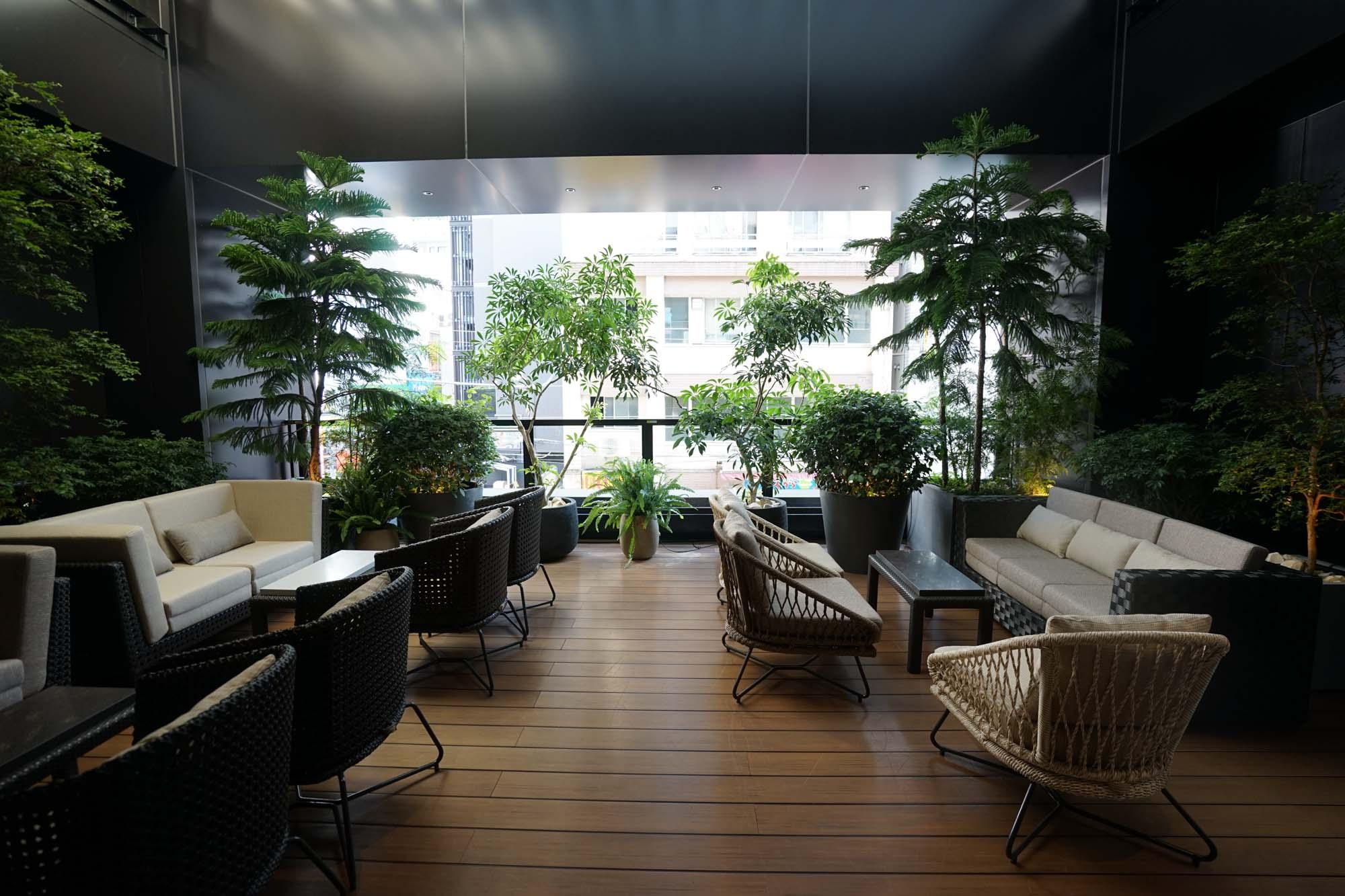 2階には都心にありながら緑を感じることのできるテラススペースも。