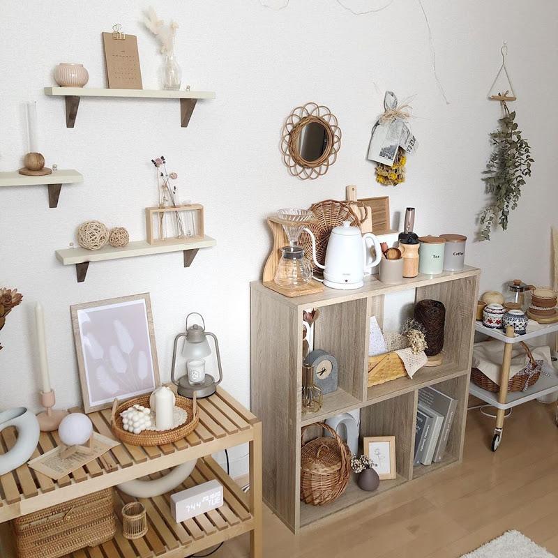 家具選びのポイントは、背の高くないもの、背面に板がなく抜け感があるものを選ぶこと。小さなお部屋でも、部屋を広く見せるための工夫です。