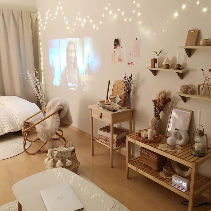 手前の木製の棚は、IKEAでベンチとして売られているもの。ラタンの椅子や、賃貸でも壁につけられる棚は楽天で探して購入。