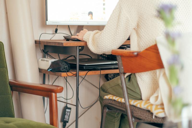 在宅ワークでも使われているデスクは、デザインだけでなく2段になっていることでパソコンなどを片付けられたり、折りたたんで収納出来たりと機能性も抜群でした。