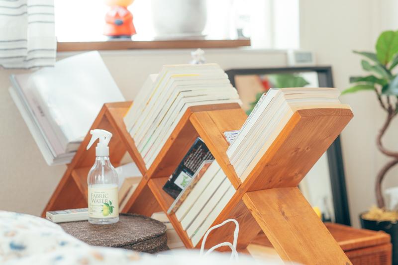 「普通の本棚だと、本が倒れてしまうのが気になるのですが、これだと最初から倒れているので気にならず、ディスプレイとしても気に入っています。」
