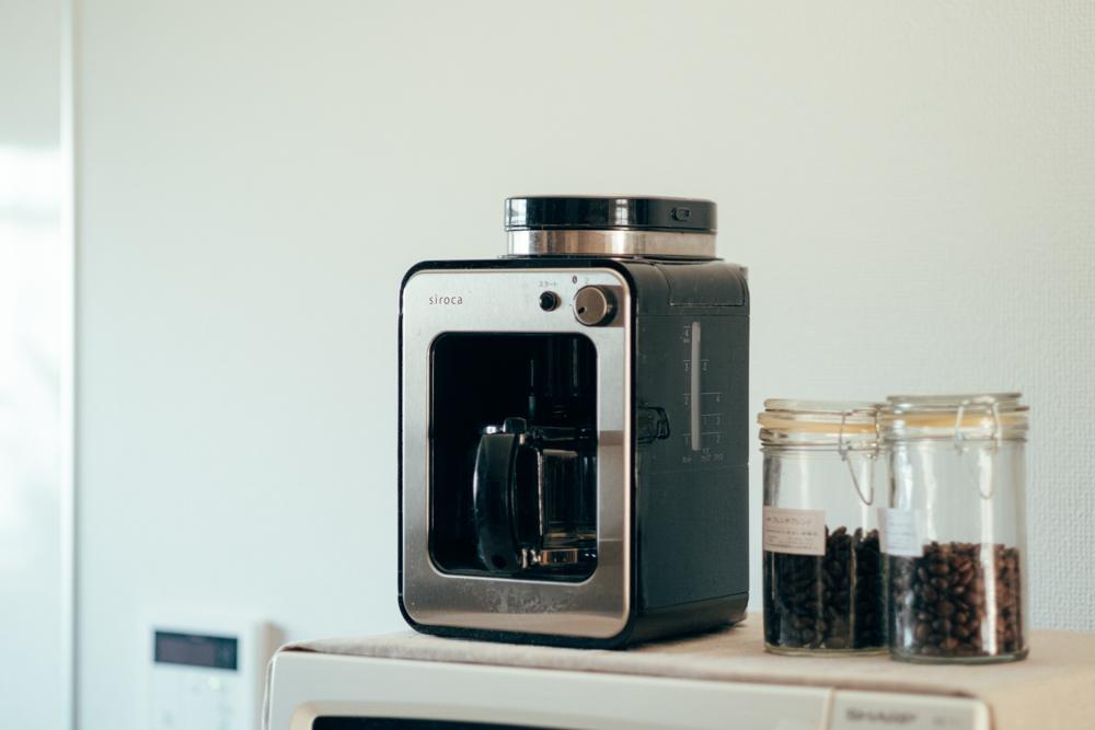 キッチンで料理をすることは少ないという話でしたが、朝のコーヒーは毎日の日課だそう。 「朝の忙しい時間帯には、sirocaのコーヒーメーカーが豆から挽けるので重宝しています。コーヒーの良い香りで朝がスタート出来るのは良いですね。」