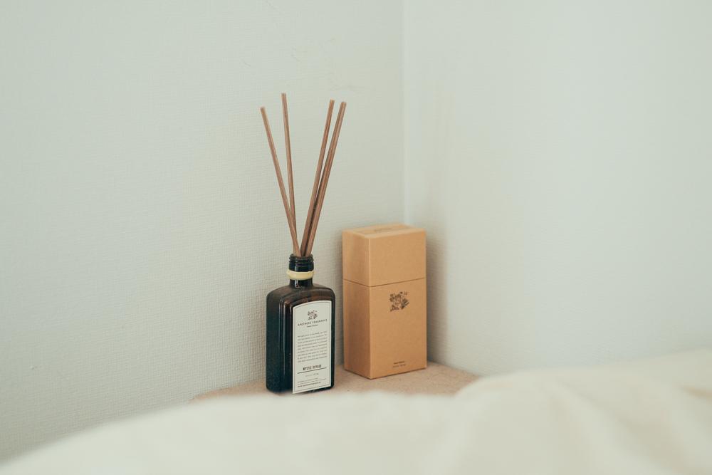 こだわりのベッドルームにもこだわりの香りがありました。 「APOTHEKE FRAGRANCEのディフューザーは始めショップで見つけて、今では3代目、購入して一番良かったと思うフレグランスです。匂いがキツすぎることもなく、ふんわり部屋全体をいい匂いで包み込んでくれます。少し値段が高いですが半年以上香りキープしますし、とてもお勧めしたい一品です。」