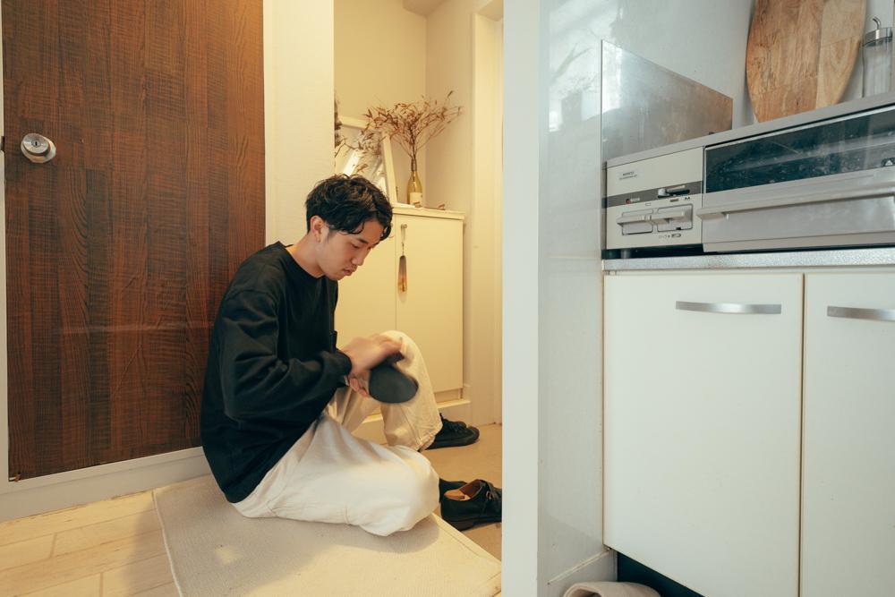 「靴を磨くのが好きなので、玄関スペースはお気に入りのスペースです。靴磨きグッズを置いている玄関に腰掛けて作業をする際に、お香をたまに焚いて気分を上げています。」