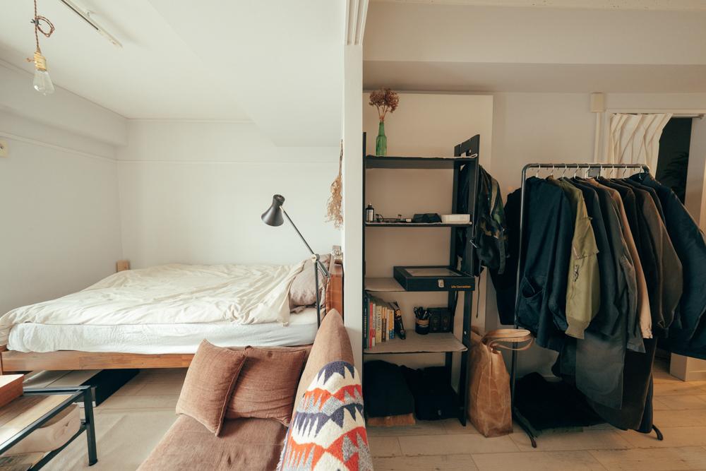 部屋は最初、リビングと寝室で仕切りがあったそうですが、そちらは仕切りを外されたそう。 窓からの光がキッチンまで届く他、空間としても奥行きが出て、広々と感じられますね。
