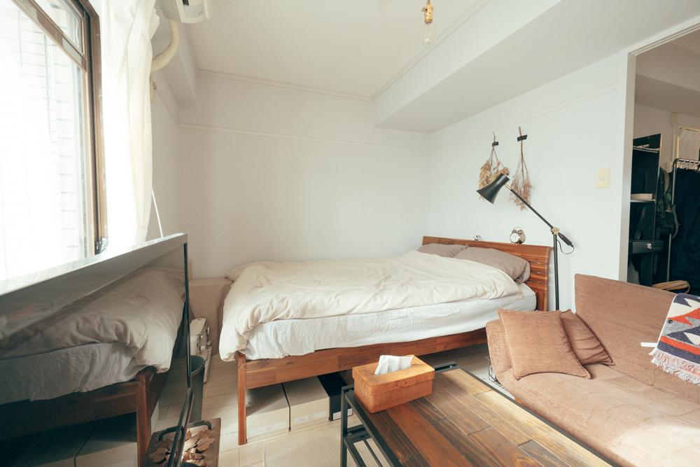 部屋の奥にある寝室は最近、ベッドフレームも購入しこだわりのスペースに。 「以前はシングルサイズだったのですが、ダブルサイズのものをブルメゾンネットで、リビングのダイニングテーブルの色合いと合わせて購入しました。マットレスも高い物ではないのですが、広いと言うだけで睡眠時の質がかなり上がった気がします。」