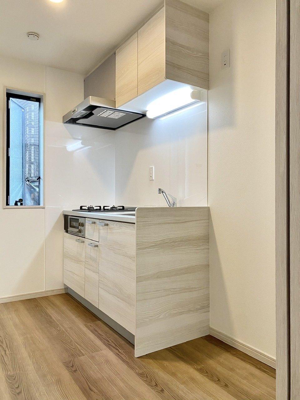 キッチンも木目調のアクセントシートが貼られていて、おしゃれさがプラスされています。作業スペースや収納スペースも十分な広さがあり、さらに2口コンロ付き。文句なしのキッチンです!