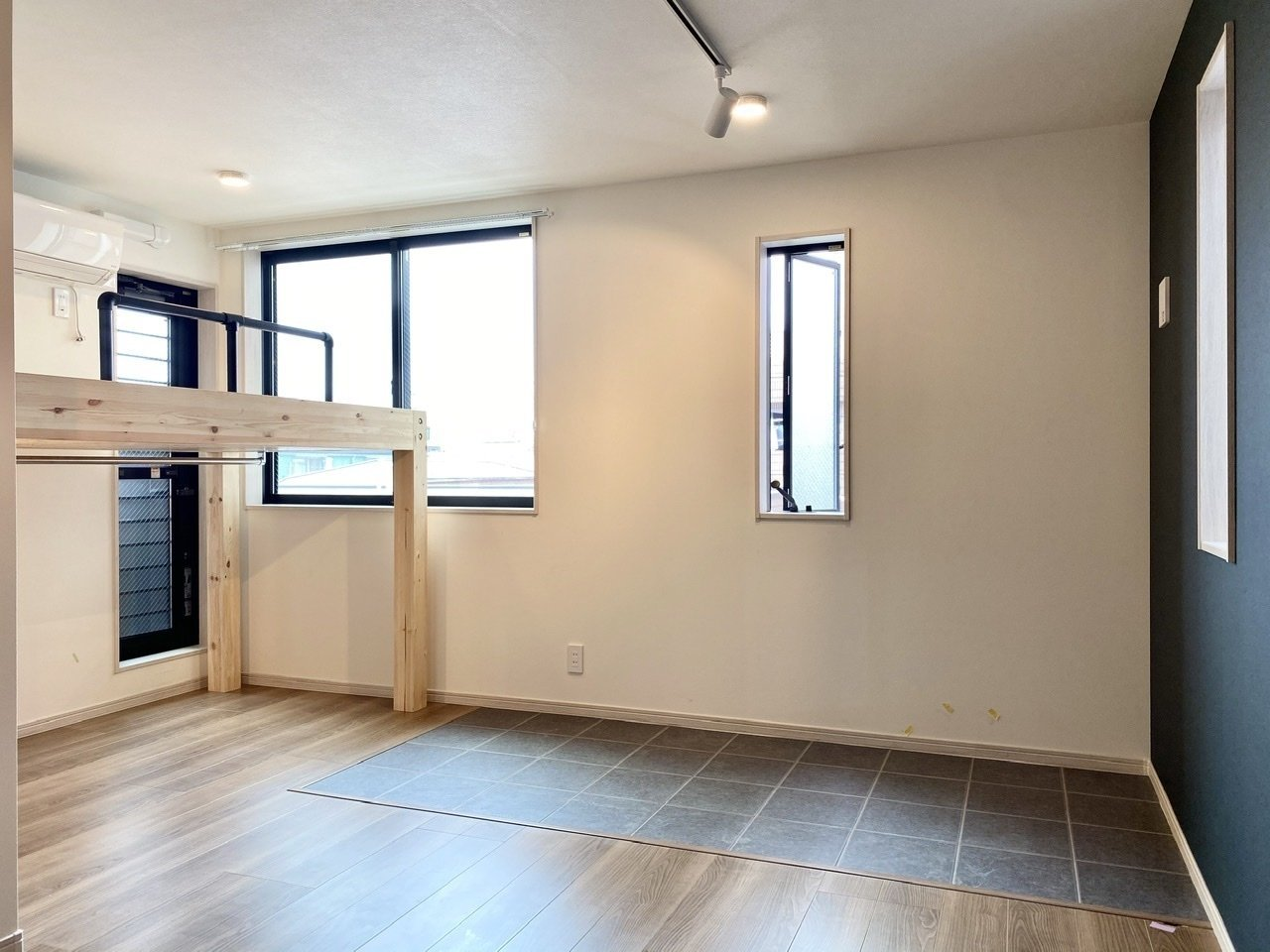 特急に乗れば新宿までおよそ30分で到着する、立川。9.6畳の比較的広めの1Kタイプのお部屋です。落ち着いた色合いのフローリングと、土間のようなタイル張りのスペースがいいですね。