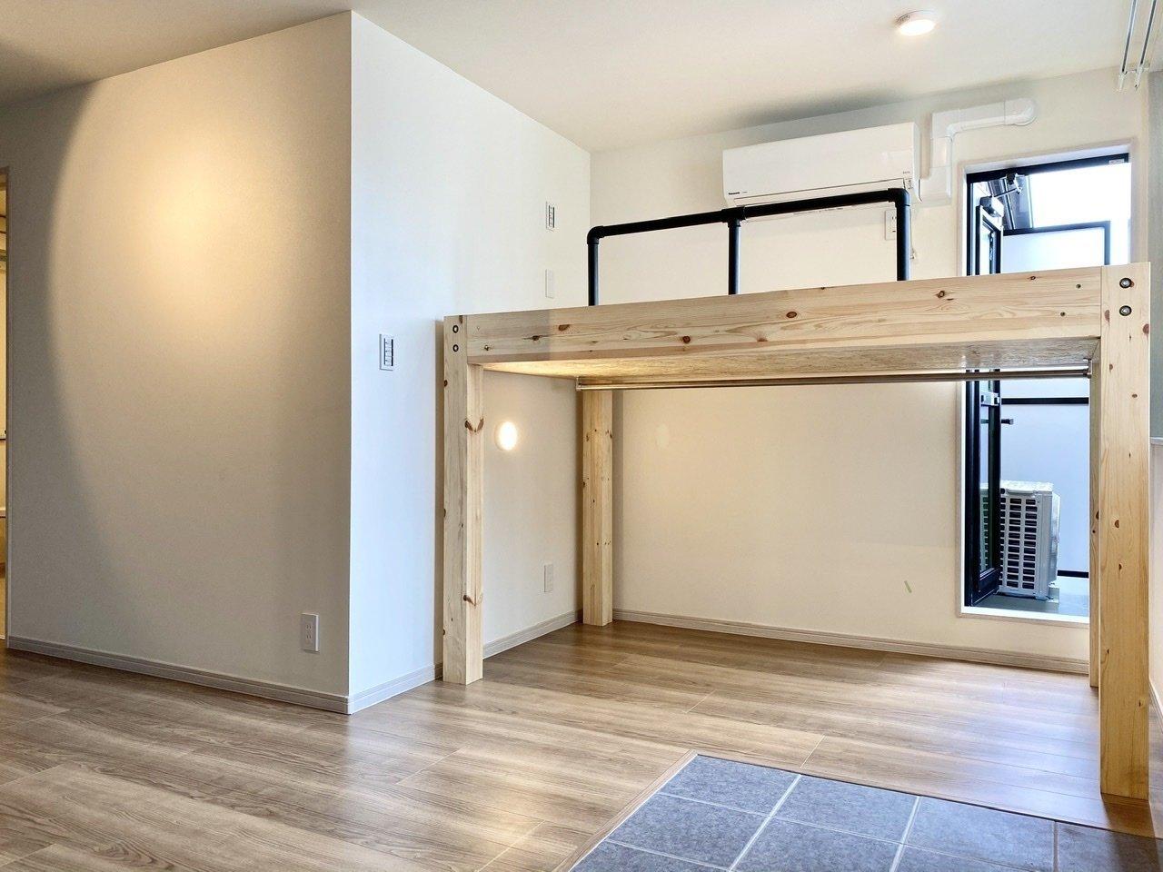 部屋の奥には木のぬくもりを感じるロフトベッドがあります。下部は収納スペースにもなっていますが、ウォークインクローゼットも別にあるので、ここはデスクを置いてワークスペースにするのも良さそう。