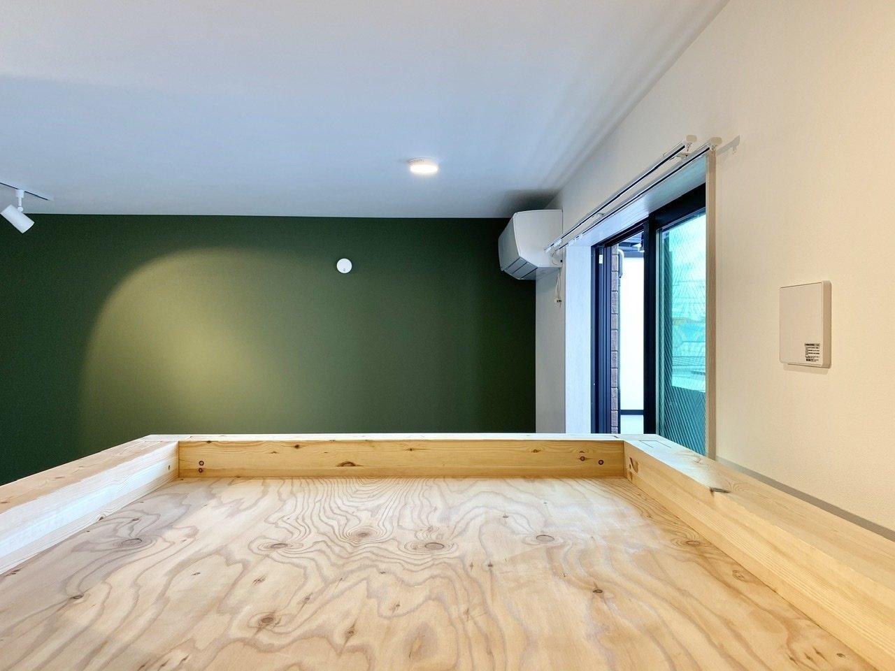 ロフト上はこのようなスペースに。厚めの布団をしっかり敷いて、ぐっすり眠れる環境づくりをすれば、下のスペースを有意義に使えますね。