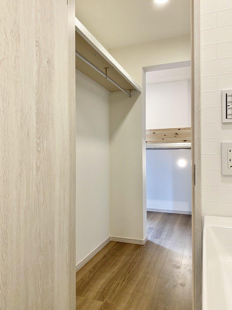 さらにウォークインクローゼットも完備。しかも部屋→ウォークインクローゼット→洗面台&脱衣所とつながっているので、乾燥後の動線もばっちりです。