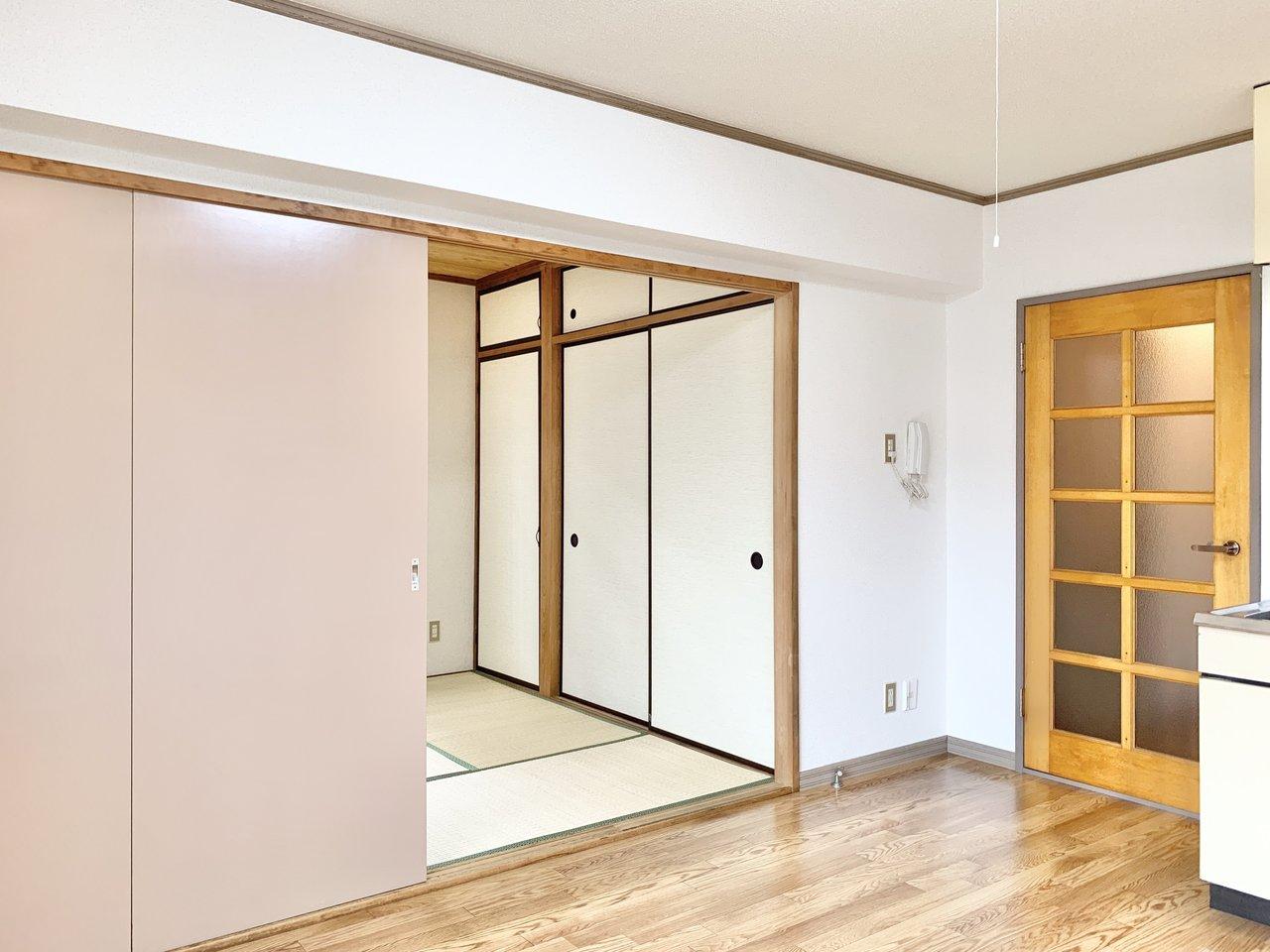 ダイニングと和室は引き戸で隣接しています。畳も張り替えられていてとても綺麗です。