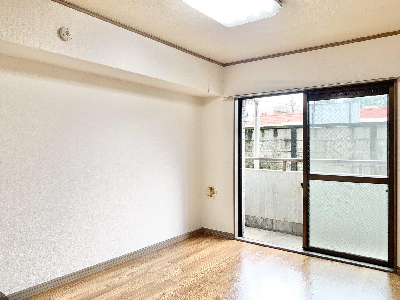 武蔵境駅は新宿から中央線で約20分。お部屋は7.6畳のダイニングと、6畳の和室、8畳の洋室がついた2DKタイプです。ダイニングは大きな窓があって風通しが良く、気持ちがいいですよ。