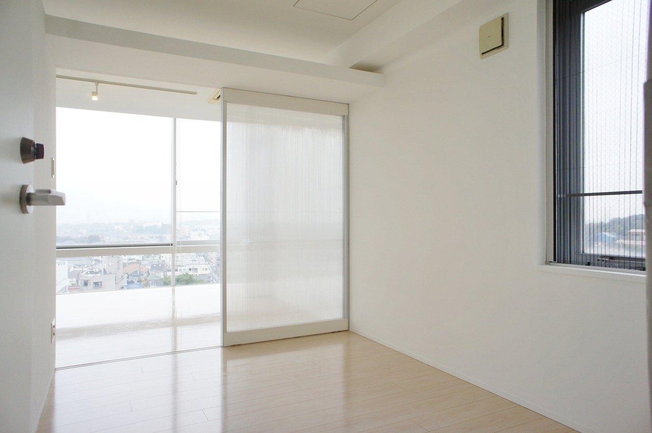 寝室となる洋室は摺りガラスを経てリビングと隣接しています。良い眠りを得るのに特化したベッドスペースが作りたくなりますね。