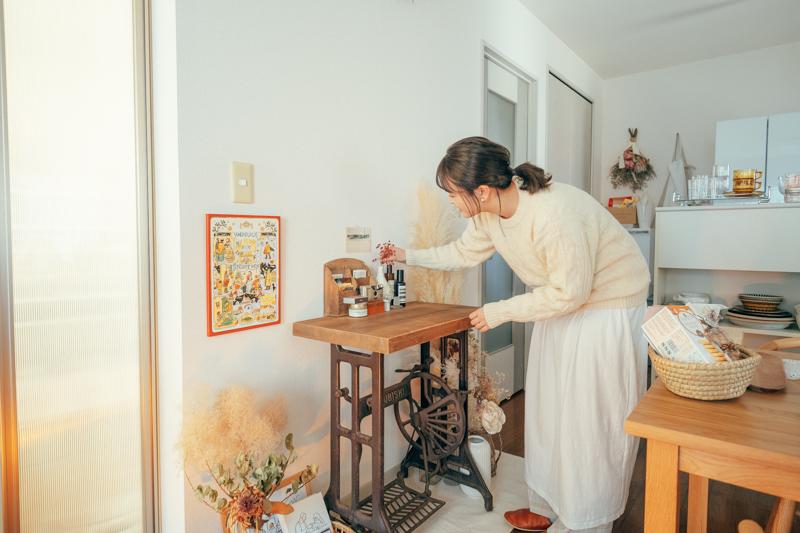 ディスプレイとは対面にある古いミシン台テーブルはご主人に誕生日プレゼントとして、栃木の仁平古家具店で購入してもらったというお気に入りのインテリア 「最初はハンドメイド作品の作業場として購入したのですが、離れて見ている方が好きになれそうだったので、今はディスプレイとして使っています。」