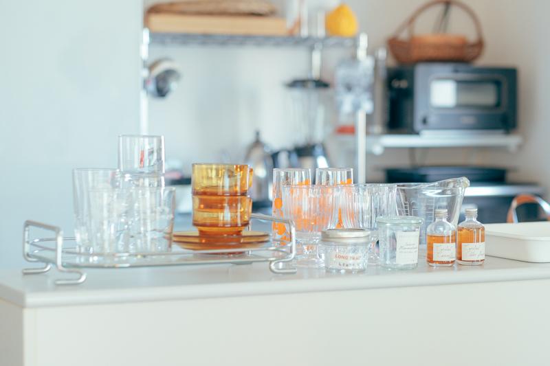 キッチン前の飾り棚にもお気に入りのグラス類が、お店のディスプレイのように並べられていました。