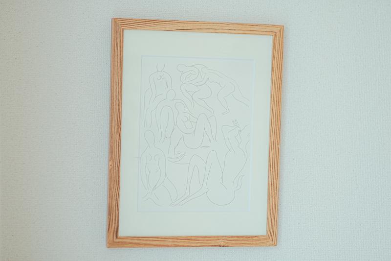 テレビ上に置かれたHenri Matisseのリトグラフは実家から持ってきたというお気に入りの作品。 「父親がインテリアが好きだったこともあり、実家にたくさんあるので良いモノがあれば、こちらの住まいに持ってきています。」