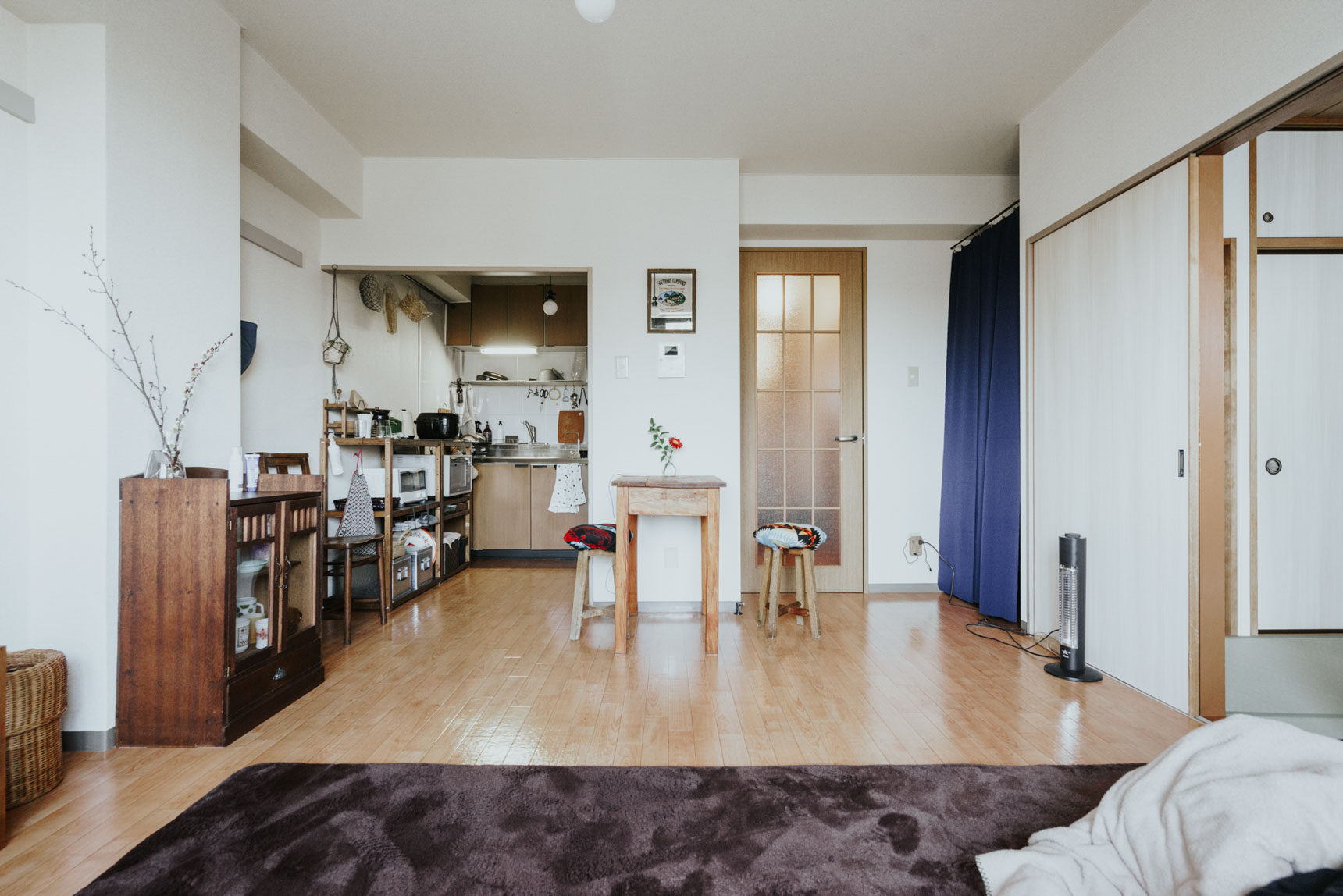こちらのお部屋もあえてアンティーク家具や古道具などで揃えられたものが多く並びます。
