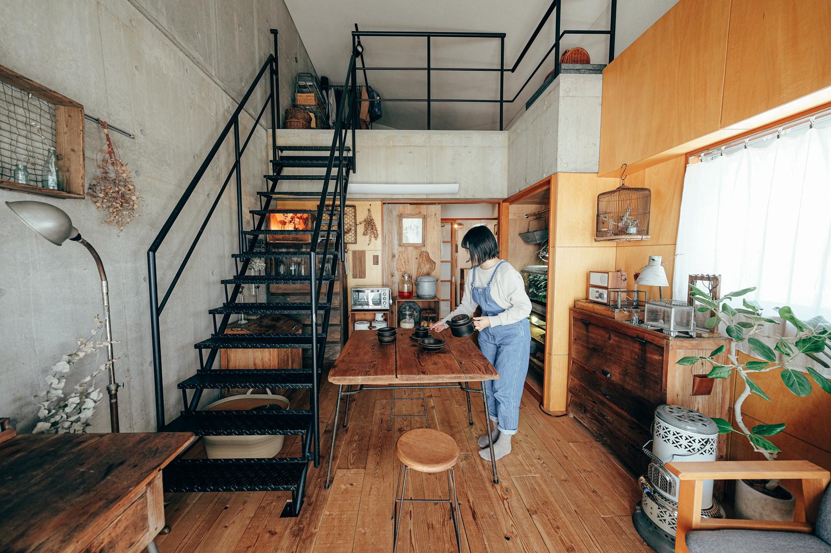 アンティーク家具や雑貨に囲まれたこちらのお部屋。古道具はデザインが素晴らしいだけでなく、造りがしっかりしている分、簡単には壊れない安心感もあるといいます。