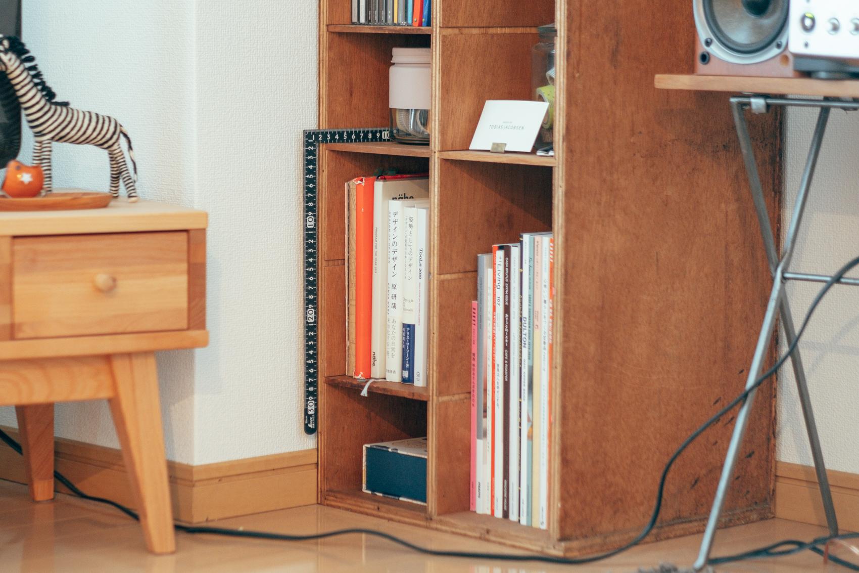 使い勝手の良い場所に、棚板を細かく抜き差しできるのがポイントだそう。当初の想像通り、雑誌などの書籍だけでなく、お気に入りの雑貨なども自由に配置できています。かゆいところに手が届く利便性を兼ね備えた古道具ですね。