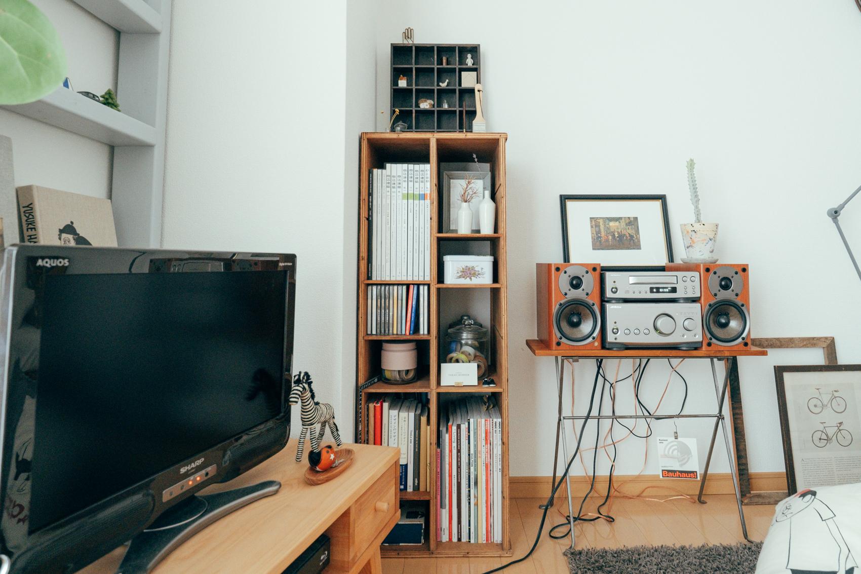 こちらは同じ収納家具でも、部屋の隅にちょこんと収まる、シンプルなデザインです。本棚を探していた時、何か本だけじゃなくて雑貨も飾れるような本棚が欲しいなと思っていたときに出会ったのだそう。