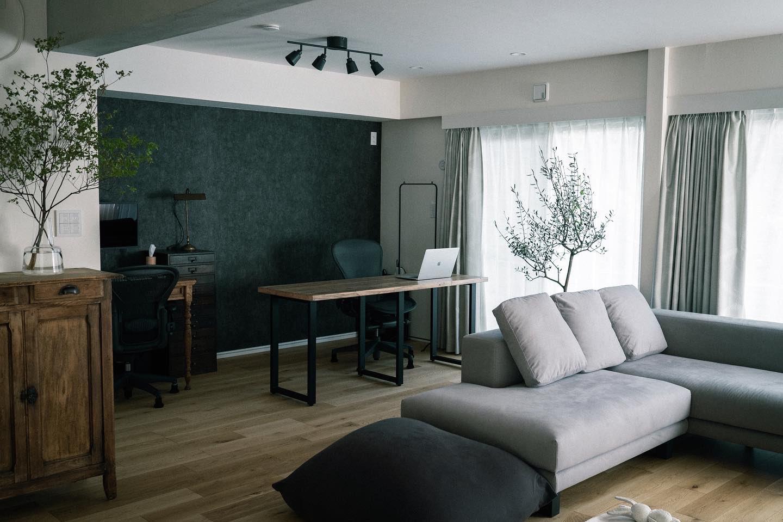 空間を引き締めるためにあえて濃いグレーの壁紙を貼っているという方のお部屋。アンティーク家具やDIYで作られたインテリアがよく合います。