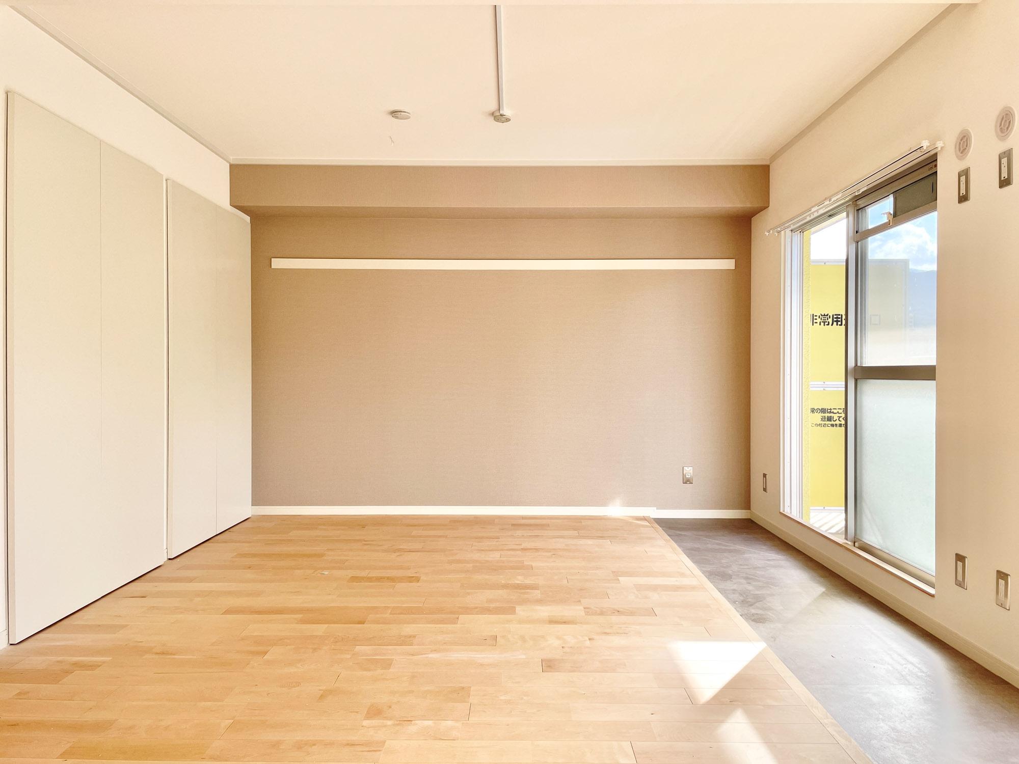 フローリングはgoodroomこだわりの無垢床。ベランダ側にサンルーム風に土間スペースを設けています。