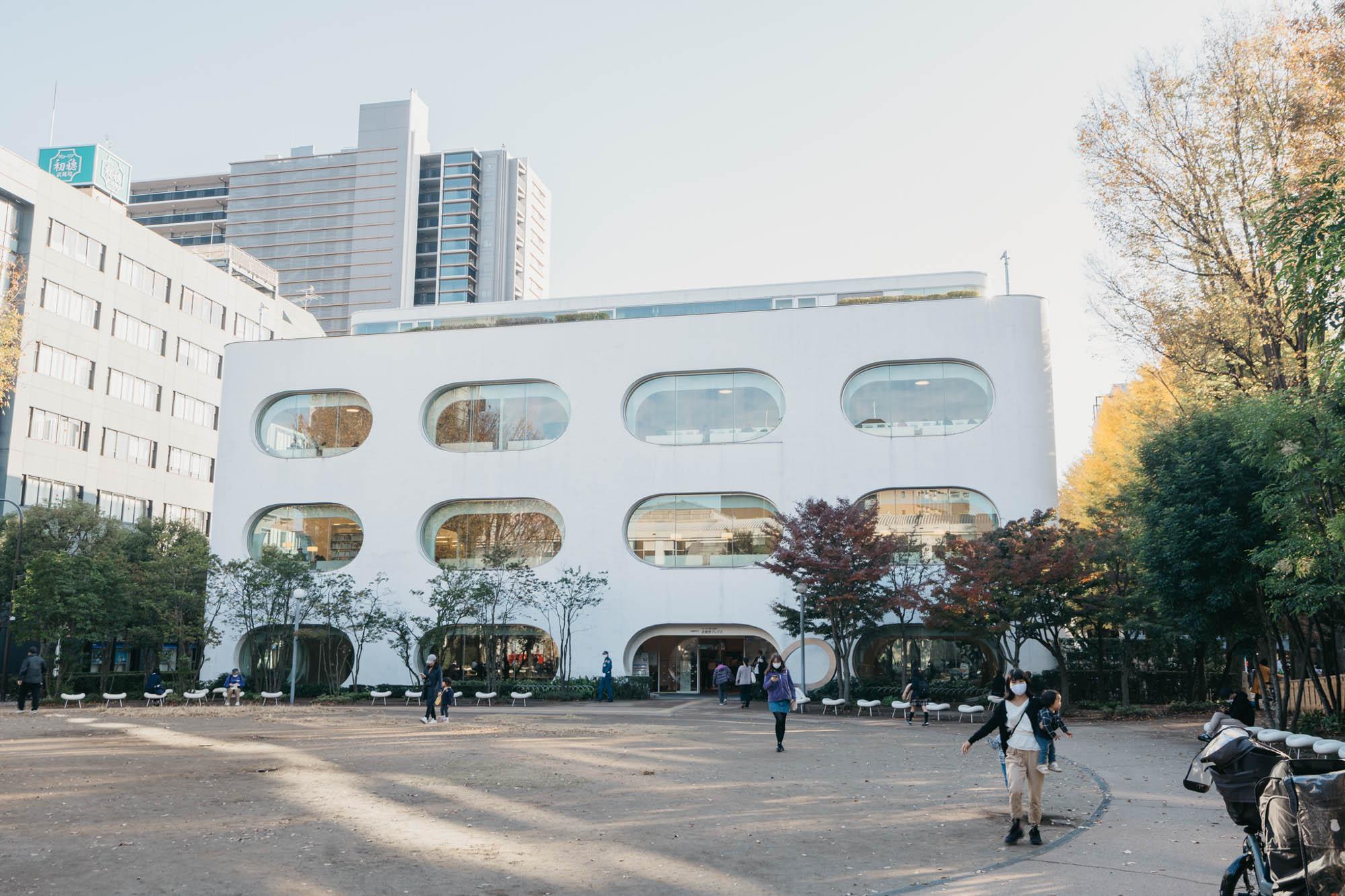 武蔵境駅の南側にある「武蔵野プレイス」は大人気の図書館。充実した託児エリアや、落ち着いて仕事のできるワーキングスペースまで備え、特に子育て世帯にはとてもありがたい施設になっています。