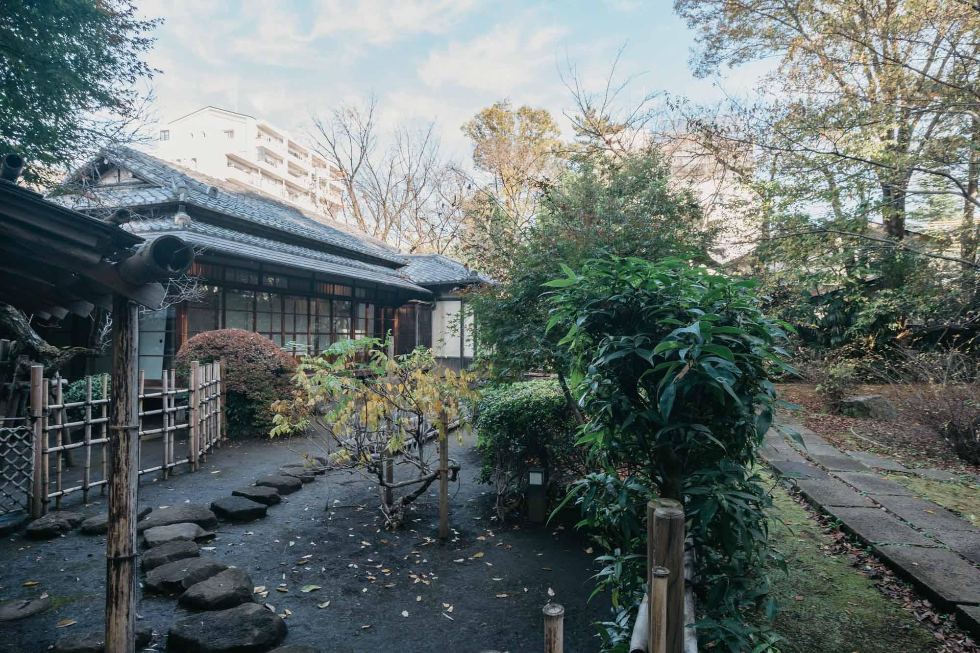 敷地に隣接し、和風の庭園とお茶室「松露庵」を備えた「私立古瀬公園」もありました。