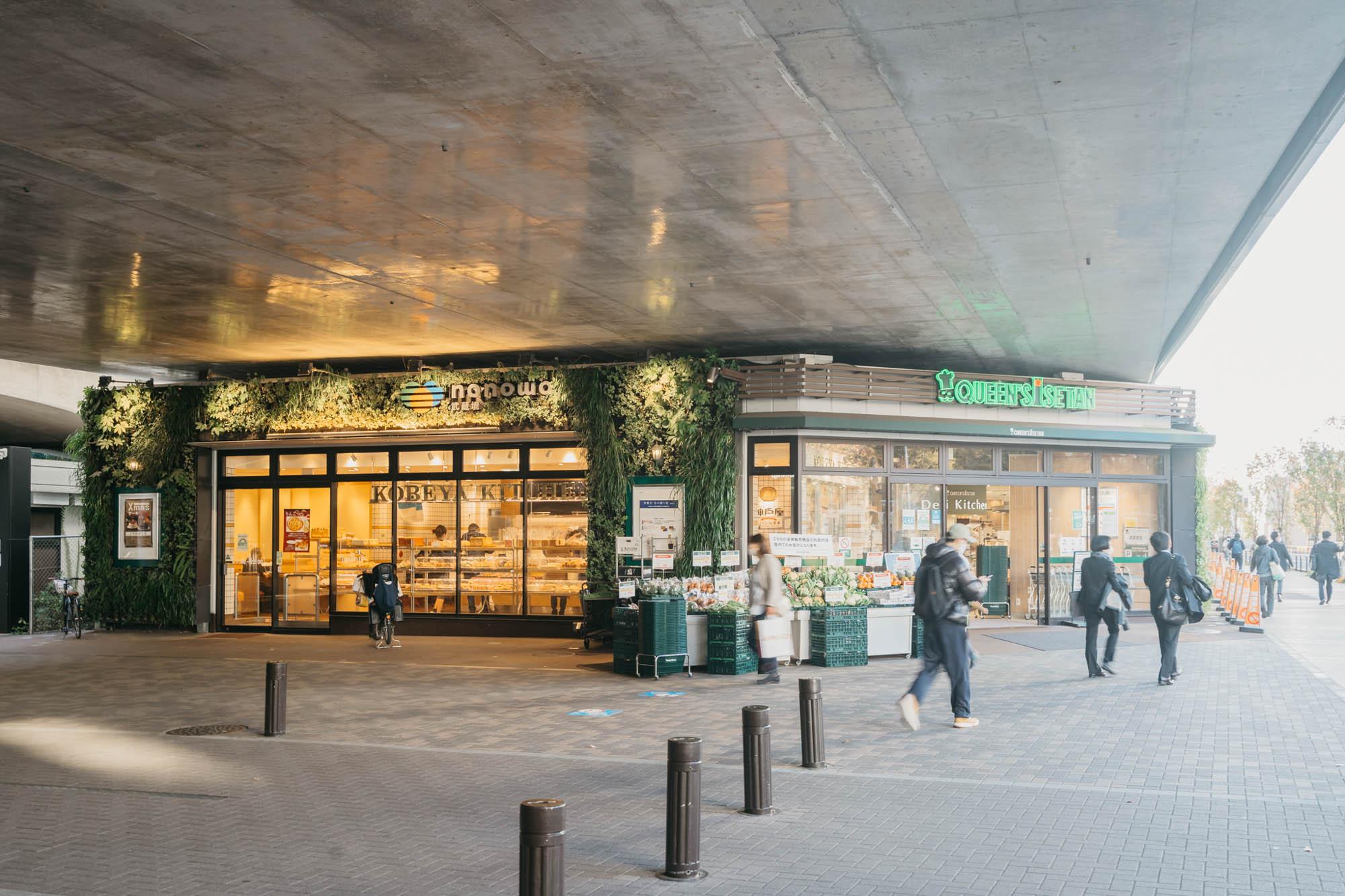駅前には、クイーンズ伊勢丹や神戸屋キッチンなどが入る、駅直結のnonowa武蔵境。駅の南側には大きなイトーヨーカドー、北側には「すきっぷ通り商店街」があり、日常のお買い物にはまったく不自由しません。