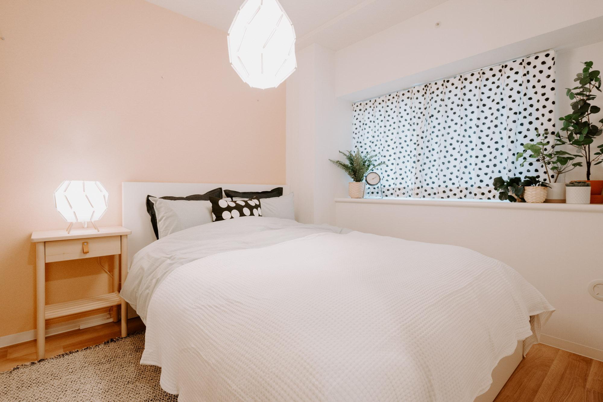 北側にある寝室は落ち着いたベージュの壁紙。