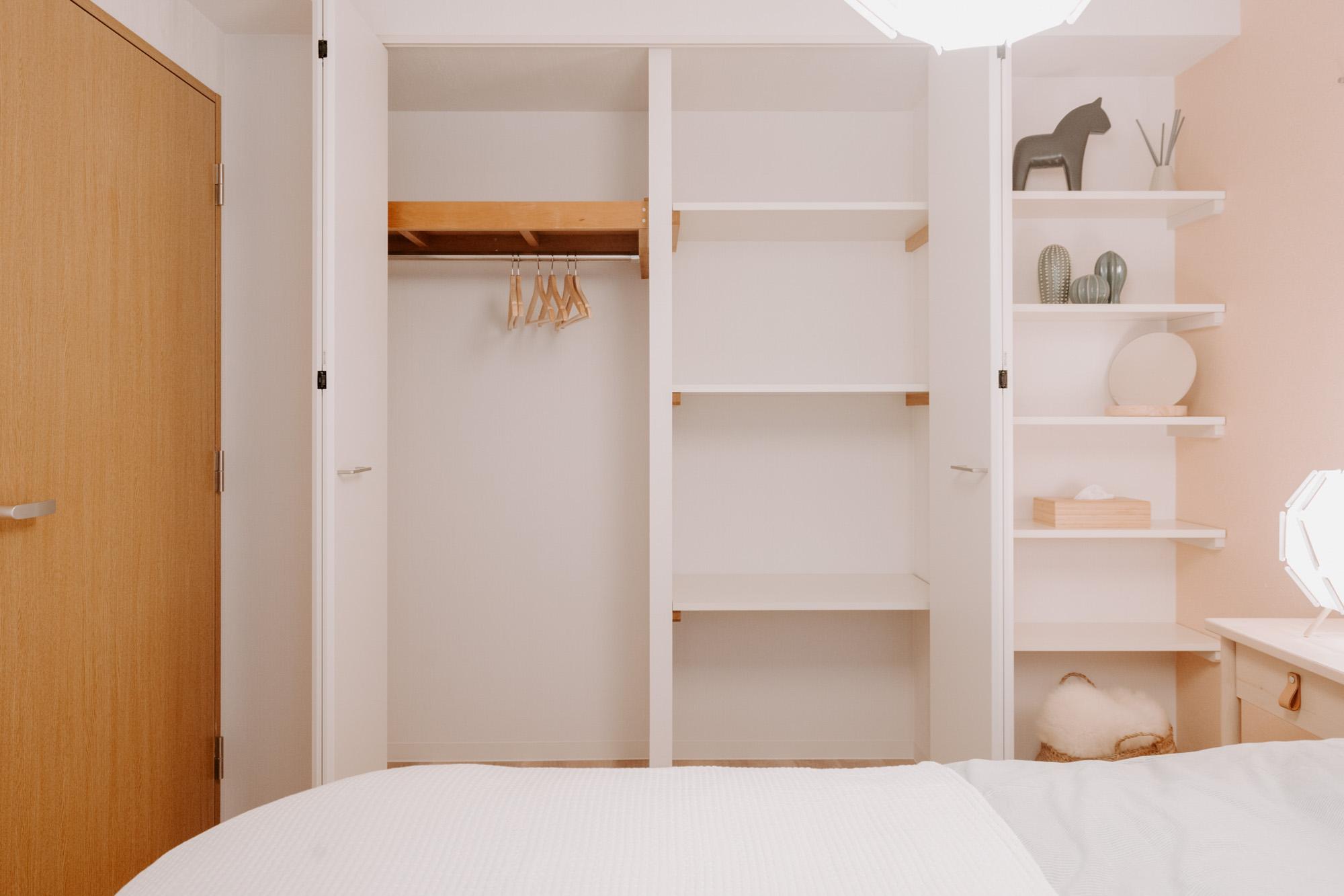 壁一面が収納になっています。棚板も多く、便利に使えそう。