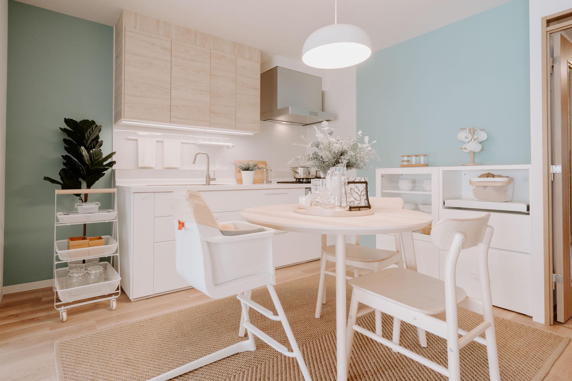 白とナチュラルなベージュのキッチンも、おしゃれなデザインでうれしいです。