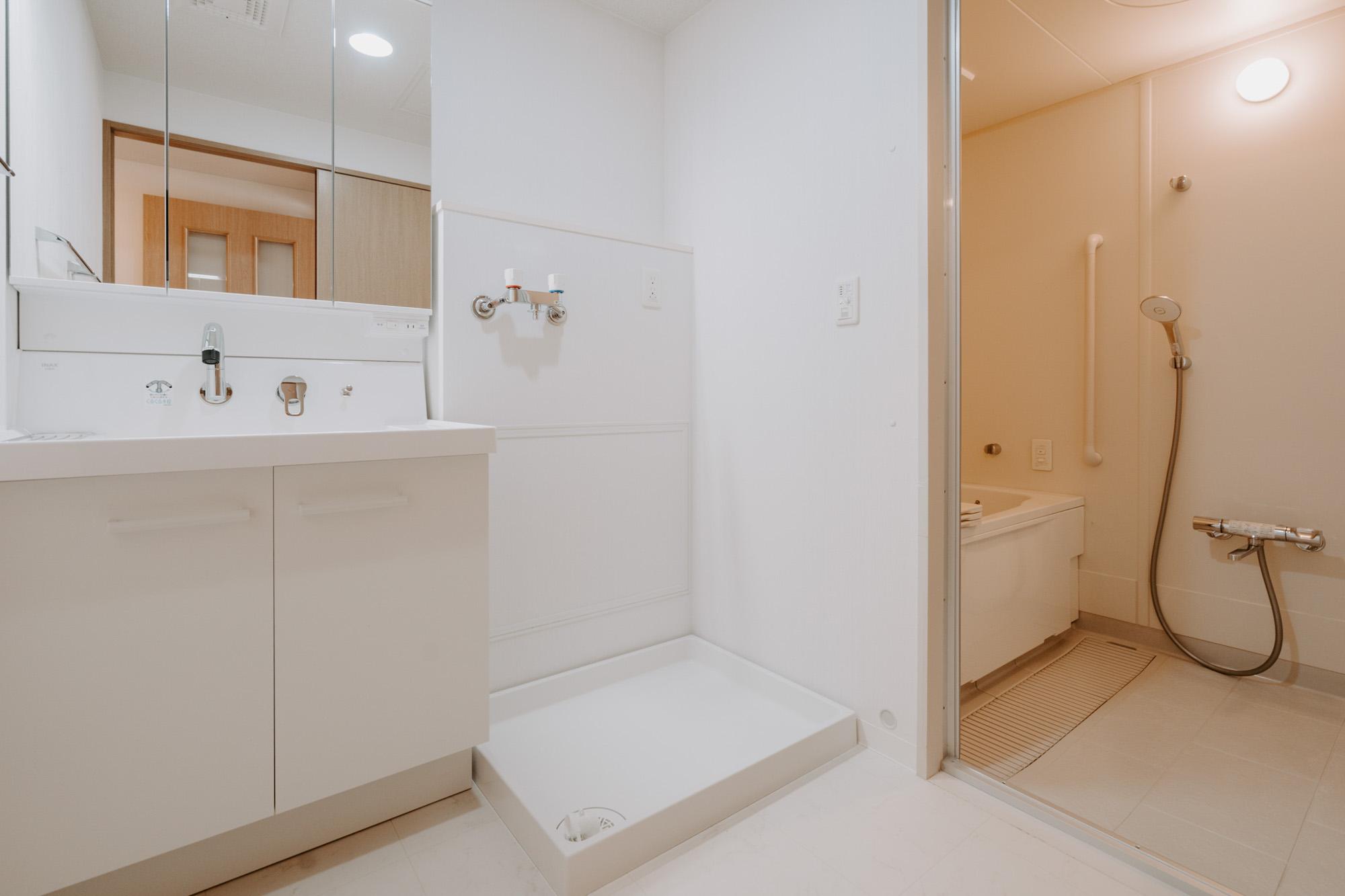 独立洗面台も、鏡が大きく使いやすそうなものに変えられています。脱衣スペースが広く、家族でお風呂に入る時にも安心。