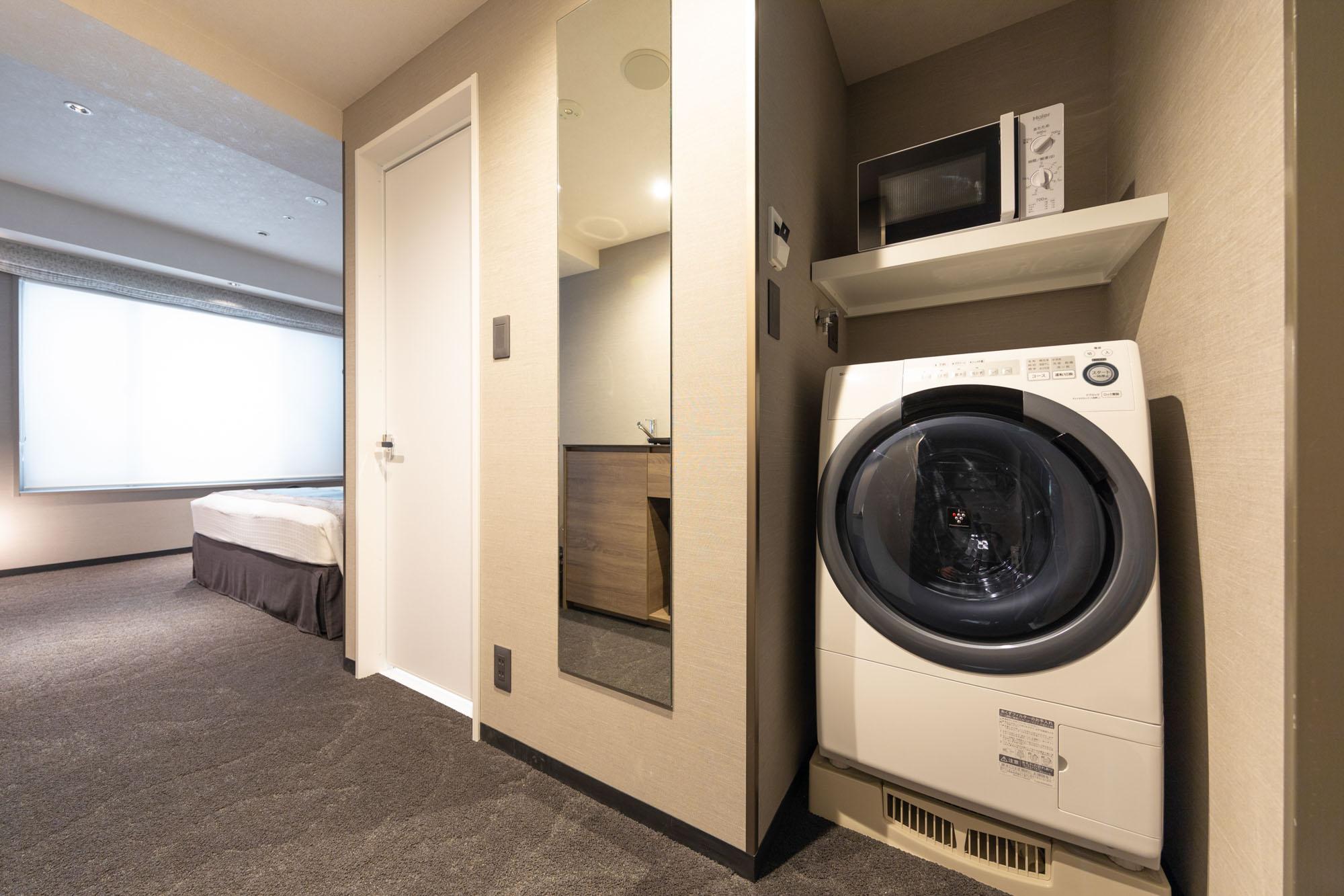 室内に洗濯・乾燥機、電子レンジ、ミニキッチンまでそろっているので、長期滞在も快適に過ごせます。