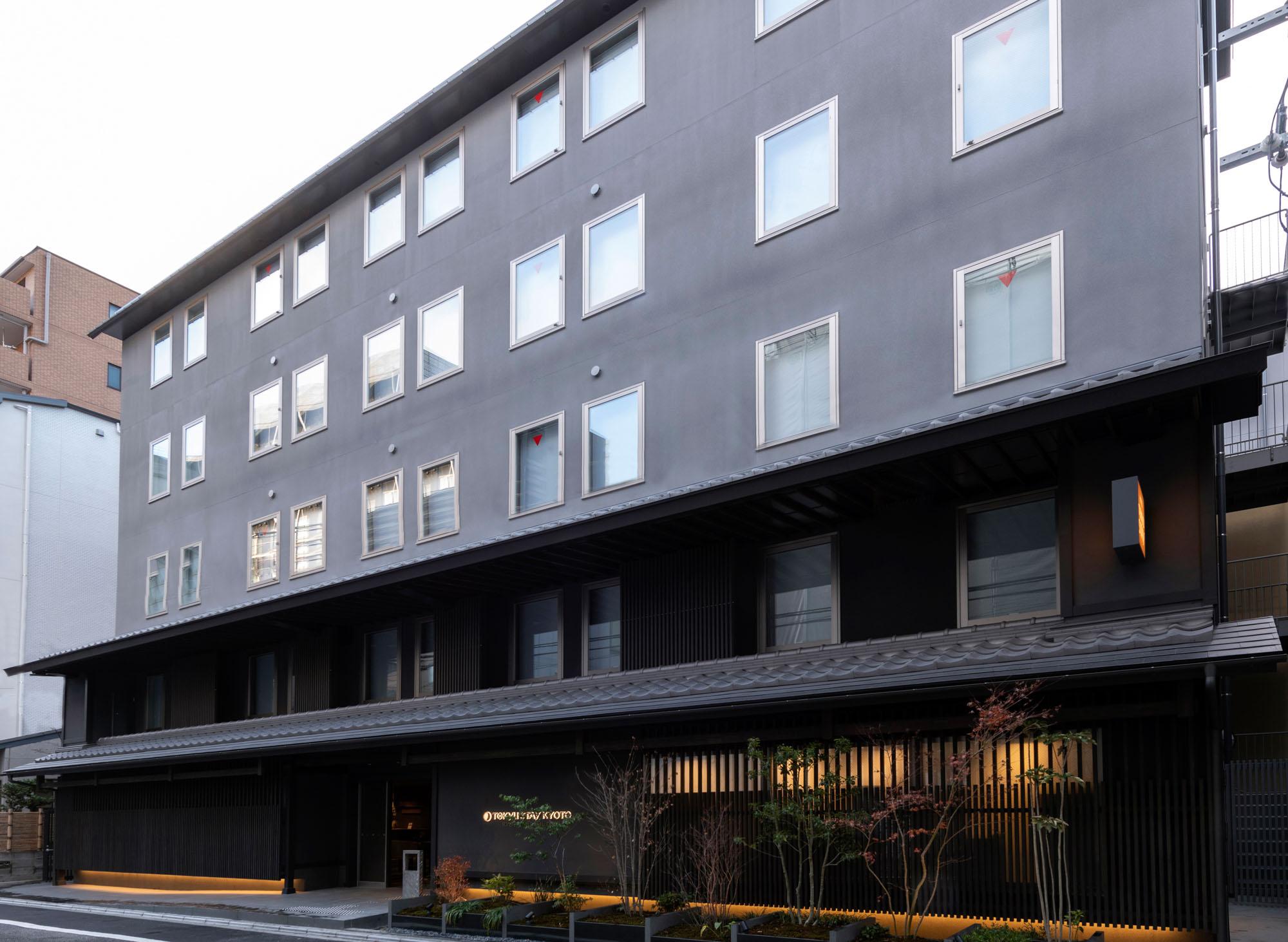 長期滞在に便利な設備がそろう東急ステイから、人気の京都エリアのホテルをご紹介。京都らしい、和モダンな外観です。