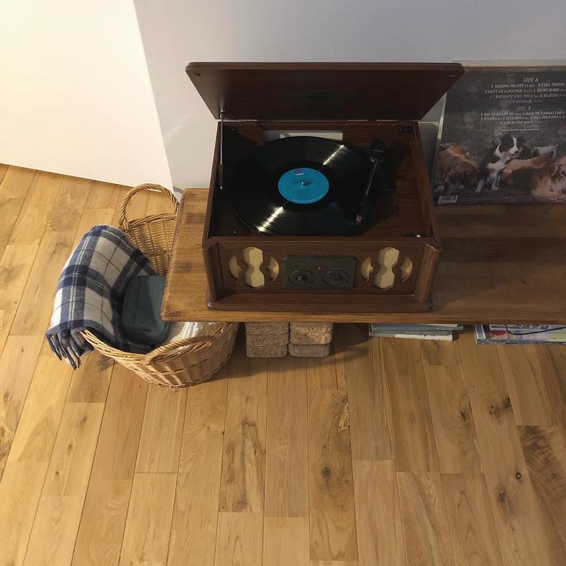 趣のある木箱は、実はレコードプレーヤー!飾っていても素敵ですが、レコードの好きなShihoさん、コレクションを聴いて楽しんでいるそう。