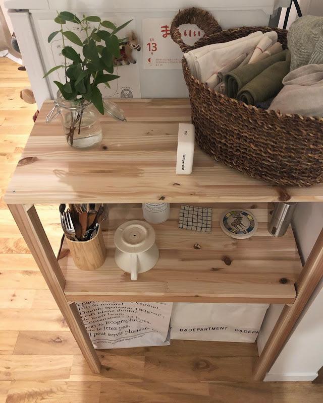 こちらの棚も手作り!隙間にピッタリ収まっています。一番下の白い紙袋は、ゴミ箱として利用しているそう。