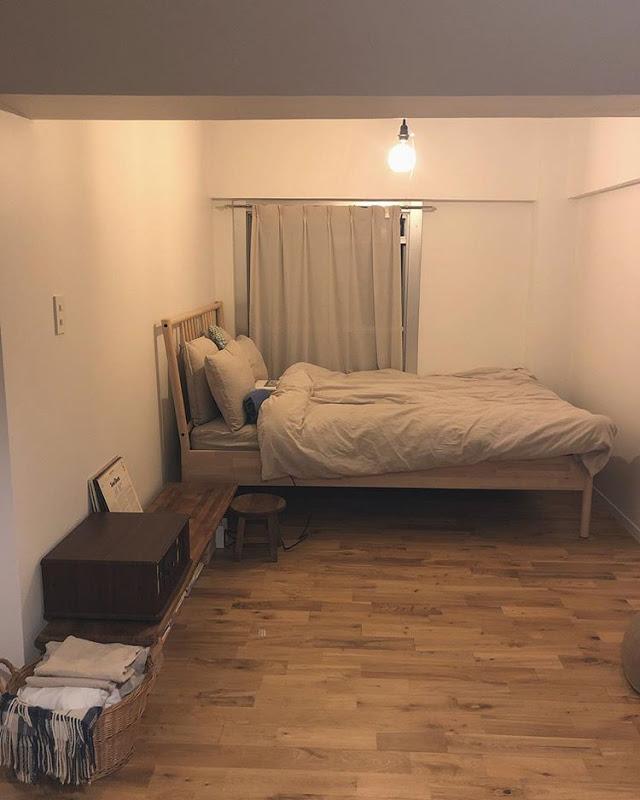 L字の奥の部分は、ベッドルーム。こちらもIKEAのベッド。お部屋の雰囲気に合わせて、家具はほとんど木製のもので揃えたそう。