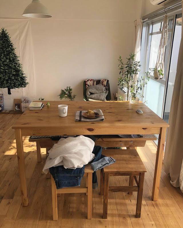 無垢フローリングの横長のLDK。IKEAで購入した、パイン材のダイニングテーブルとスツールは、ワックスを塗って雰囲気を馴染ませています。