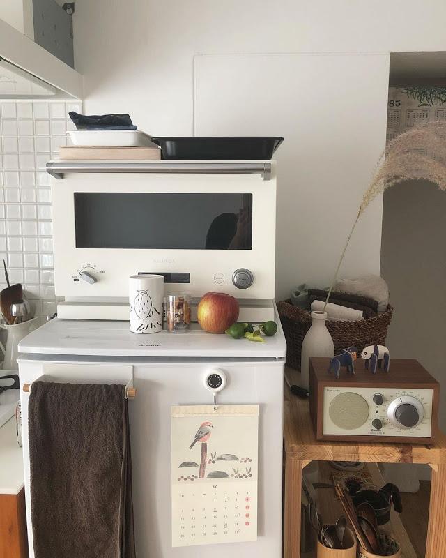 収納力を補うため、冷蔵庫の横にも棚を設置。