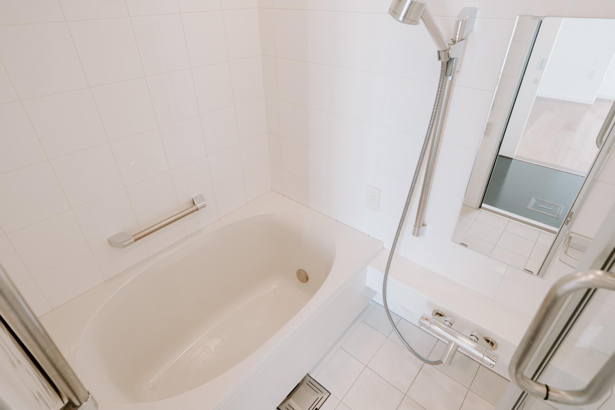 お風呂も、ゴージャスなものがついていました!ゆったりの浴槽に、浴室乾燥機能、涼風・暖房機能もしっかり備えています。