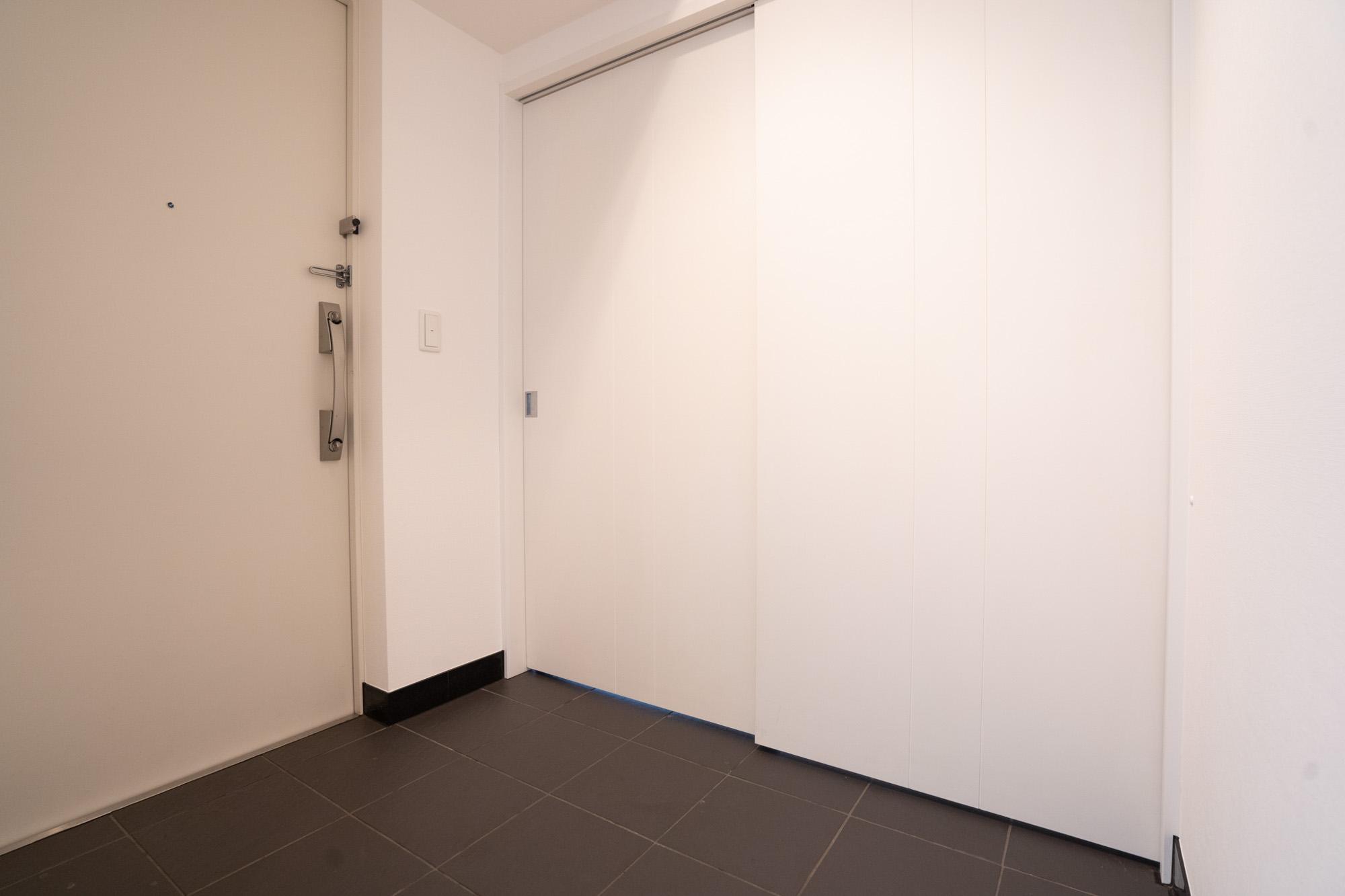 4607号室のいちばんの特徴が、こちらの広い玄関なのですが