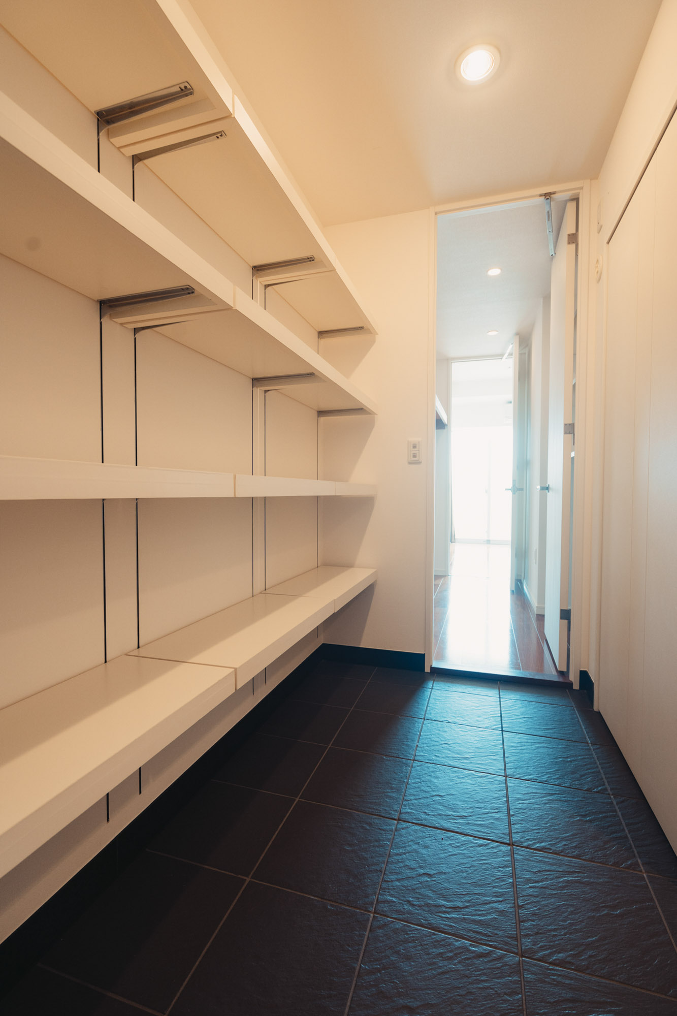 ラグを敷いて、大きめの収納部屋として使うのもいいですよね。レコードや本など、大切なコレクションを並べたり。