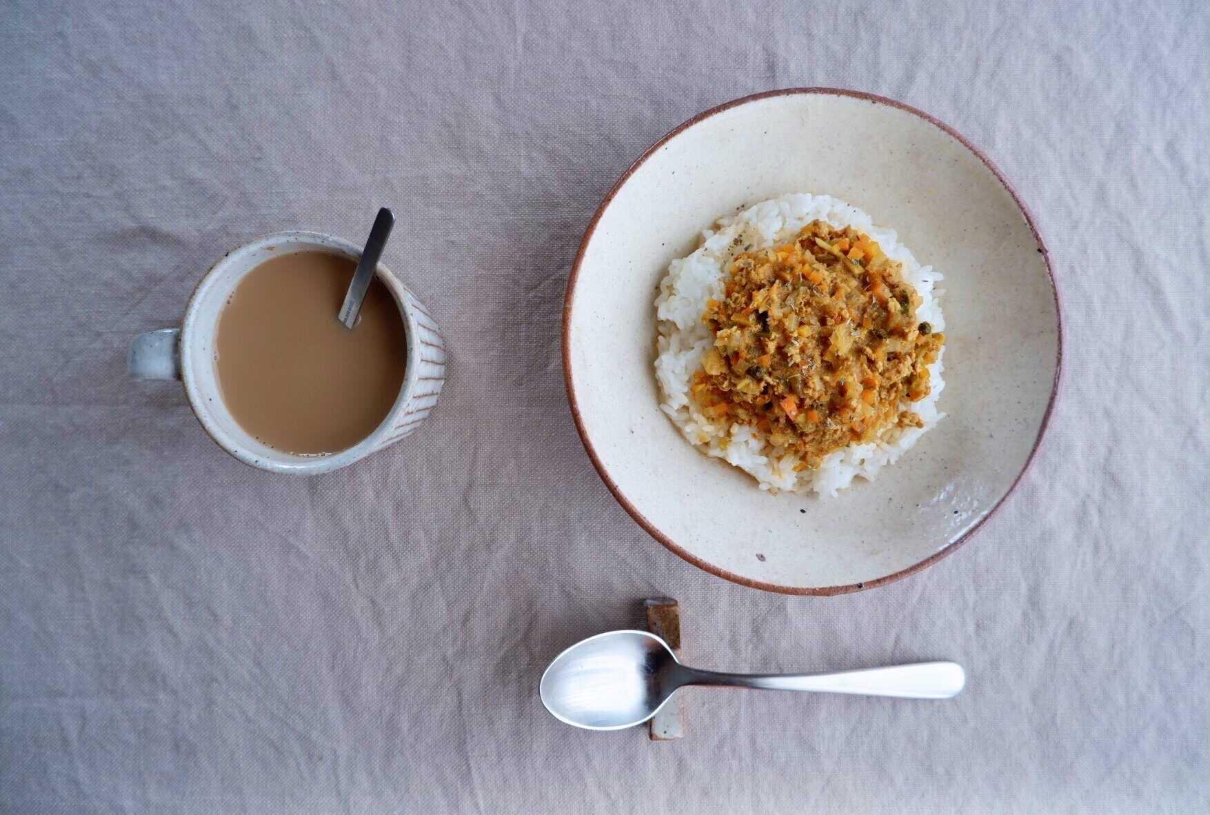 山田雅子さんが作る食器は和洋中、食材や料理を選ばないシンプルな色合い。熱にも強いので、家庭用の電子レンジなら使用することができます。