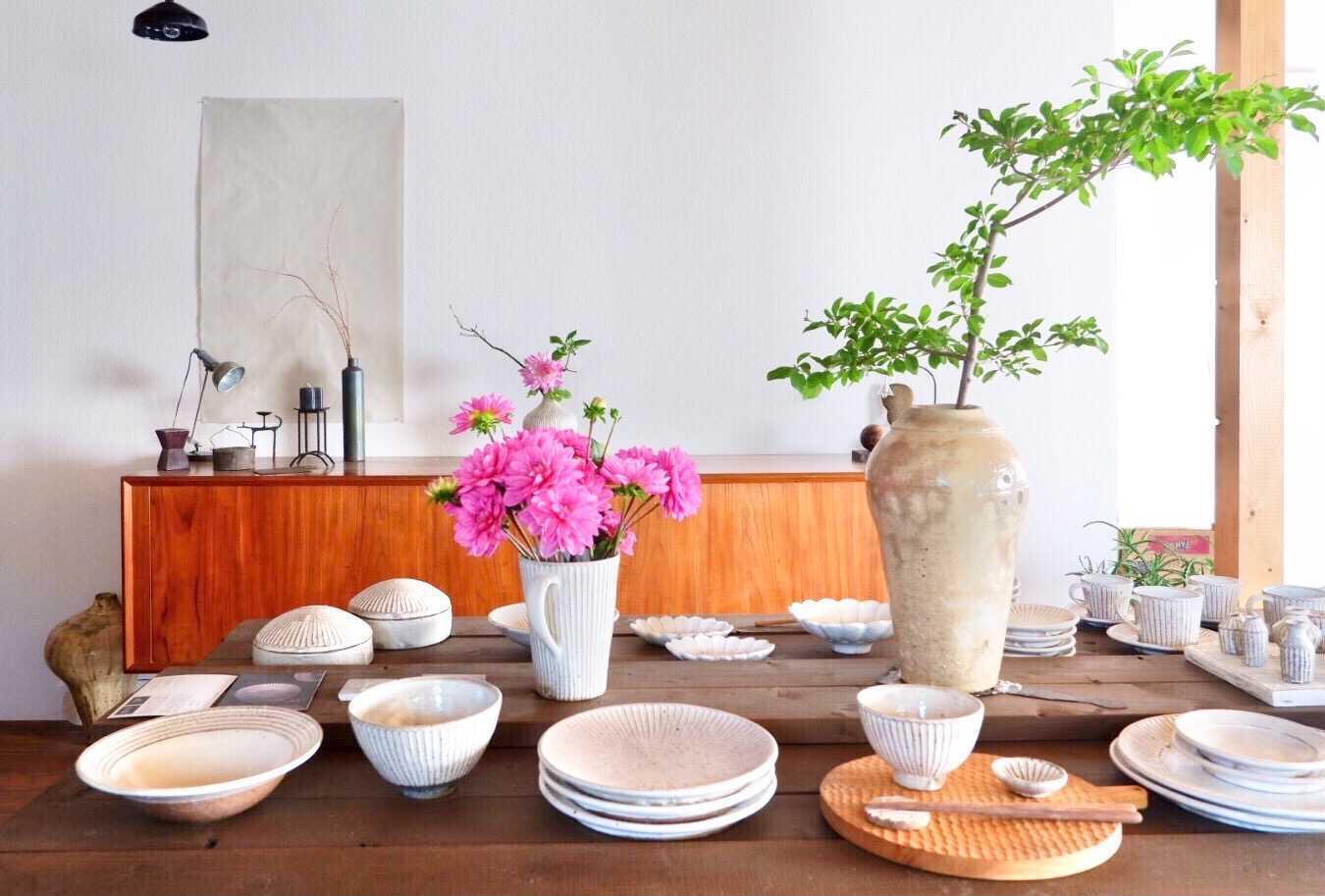 花器に花を活けると、ピンクや緑が映えますね。(写真中央左)
