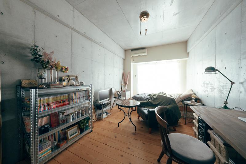 インテリアの高さは入り口から奥にかけて高さを下げていく配置に。 こうすることでお部屋に圧迫感が生まれづらく、広々した空間になりますね。