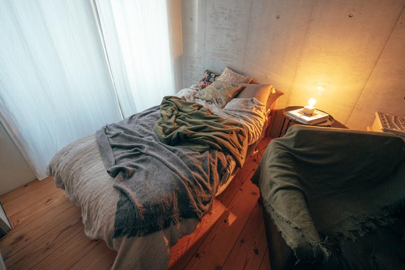 1番奥に位置するのがベッドゾーン、ベッドサイドはお気に入りスペースの1つだそう。