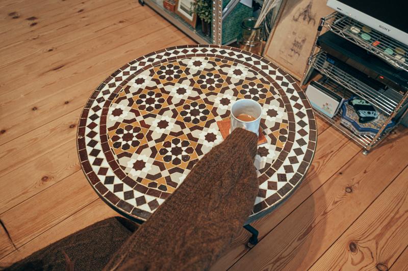 一方で、これまでのと異なる住まいに合わせてプラスされたインテリアもありました。 モロッコインテリアのお店「GADAN」さんで購入されたモザイクテーブルは全てモロッコで作られているインテリア。部屋に合う一点物の丸テーブルはないかと探される中で出会われたとのこと。