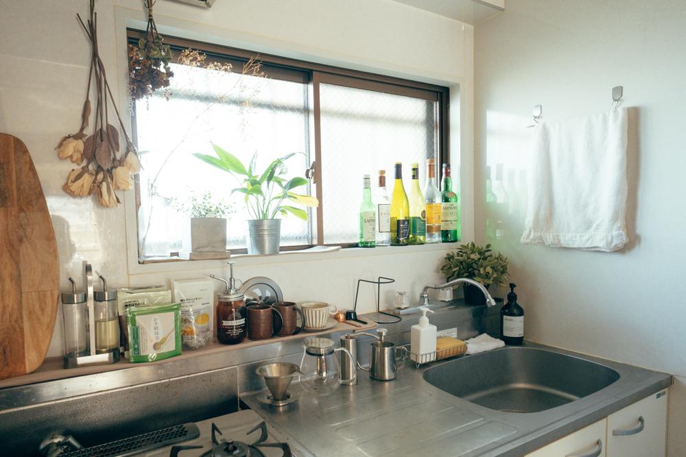 こーへいさん自身は料理をされないものの、キッチンはお気に入りのスペースだそう。 「台所が一般的な一人暮らしの方の部屋よりも広めなので、どうしようと考えた結果、ドライフラワーや植物を置いていて、見た目でかなり気に入っているポイントです。コーヒーも毎朝、台所で豆から挽いて淹れています。」